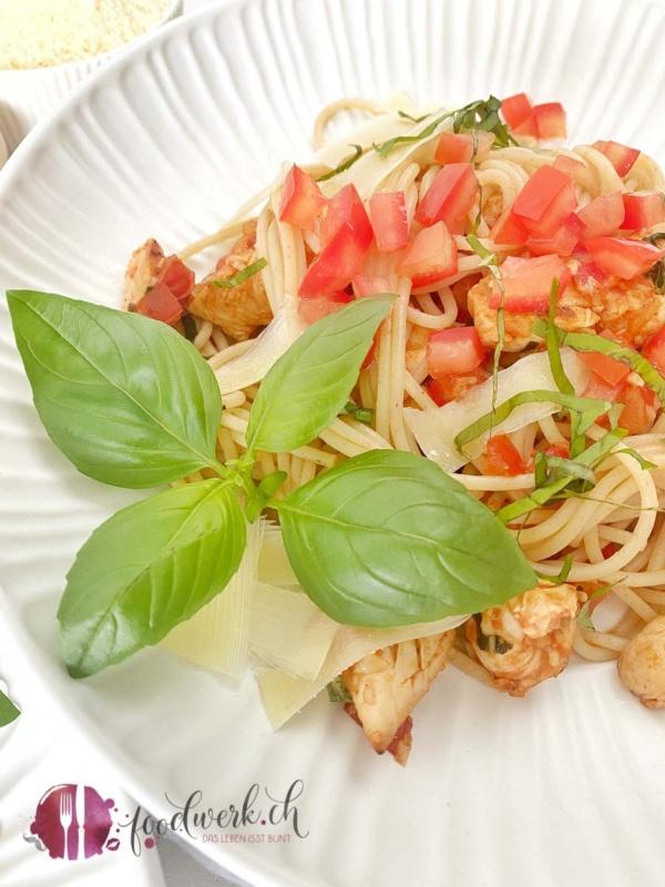 Basilikum und Spaghetti Bruschetta im weissen Teller