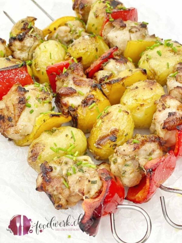 Gegrillte Knoblauch Hähnchen Spiesse mit Kartoffeln