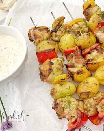 Die besten Grillspiesse mit Knoblauch, Hähnchen und Kartoffeln