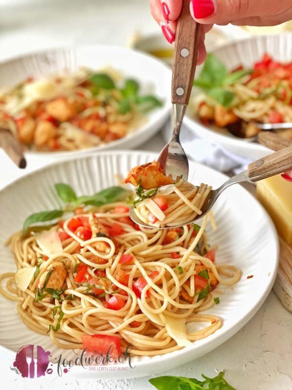 Spaghetti Bruschetta auf Gabel mit Hand