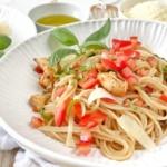 Spaghetti Bruschetta mir frischen Tomaten und Poulet