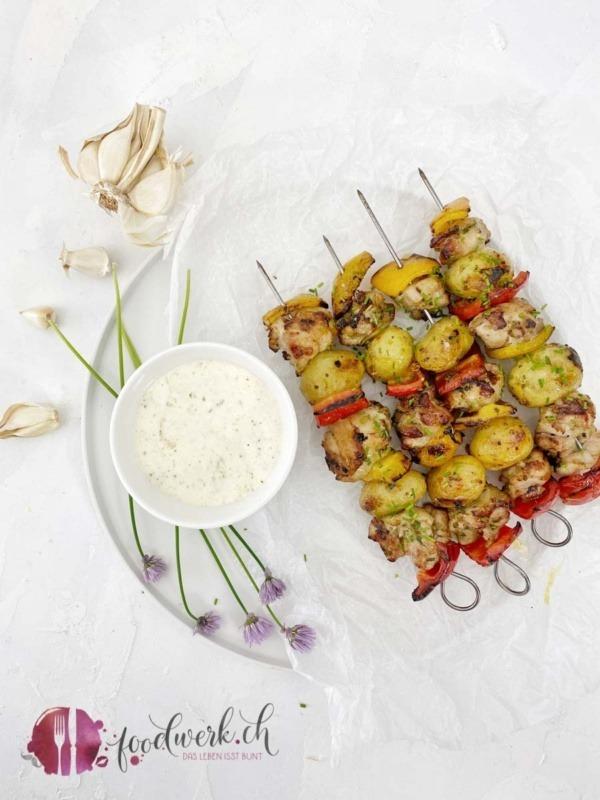 Grill Spiesse mit Poulet und Kartoffeln an Knoblauchmarinade