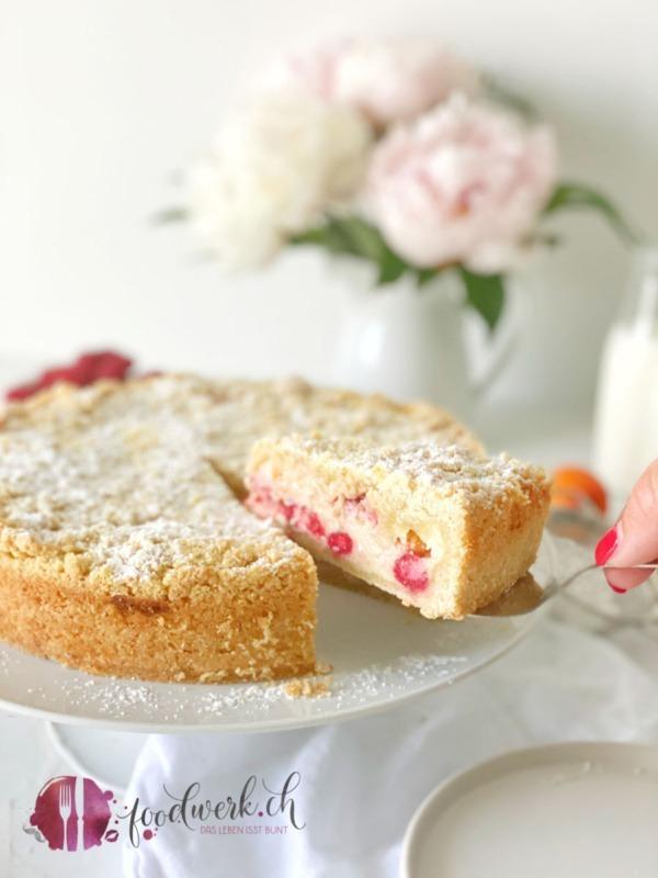 Streuselkuchen auf Tortenplatte mit Aprikosen und Himbeeren