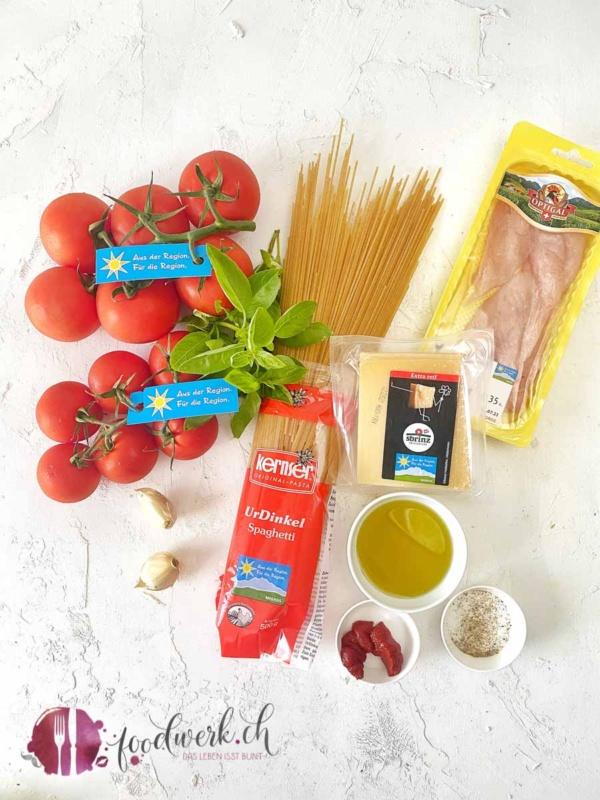 Zutaten für die Spaghetti Bruschetta mit aus der Region für die Region Label Produkten