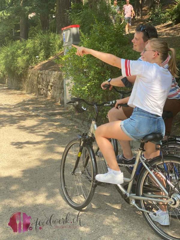 Liv zeigt den Weg auf der Radtour durch Meran