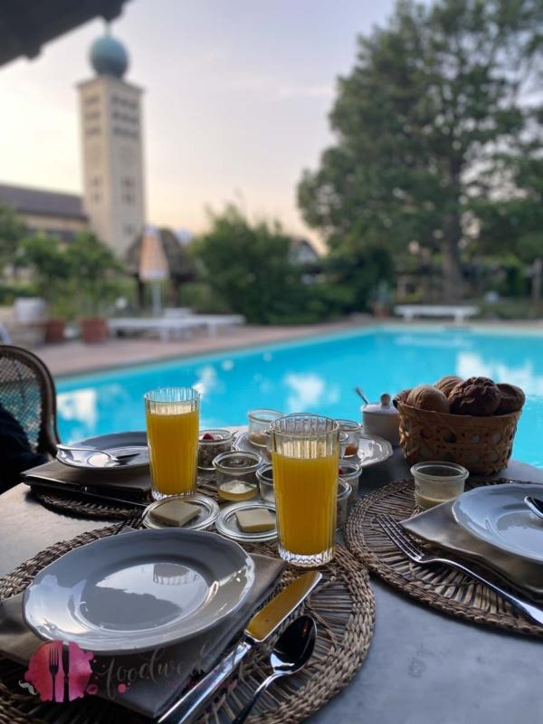 Frühstück im Poolhaus in der Villa Arnica