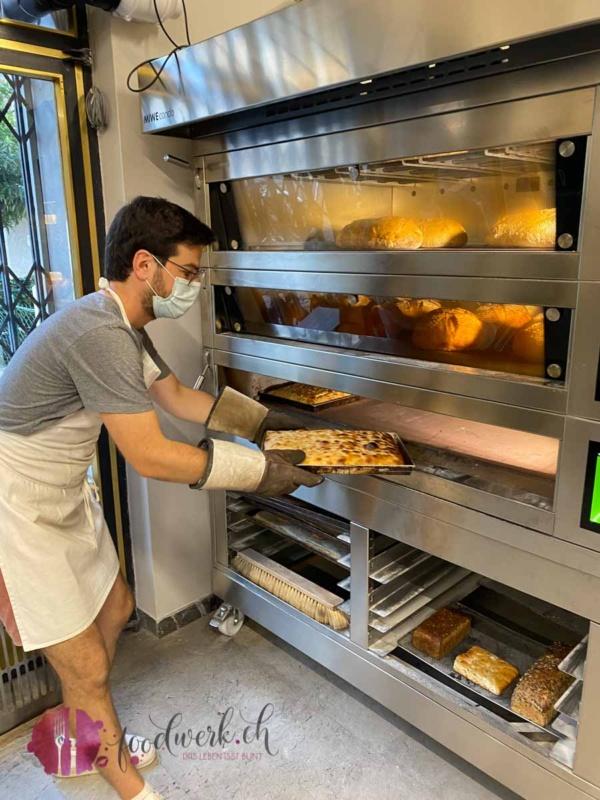 Focaccia kommt aus dem Ofen