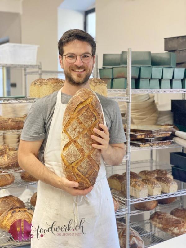 Ivo mit seinem frisch gebackenen Sauerteig Brot