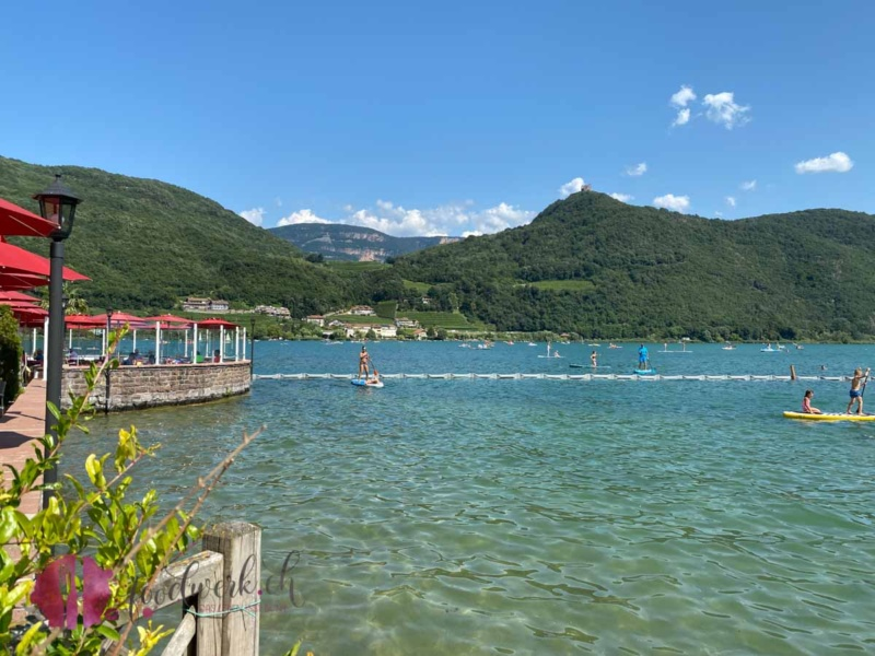 Kalterer See mit Restaurant und Badi in Kaltern