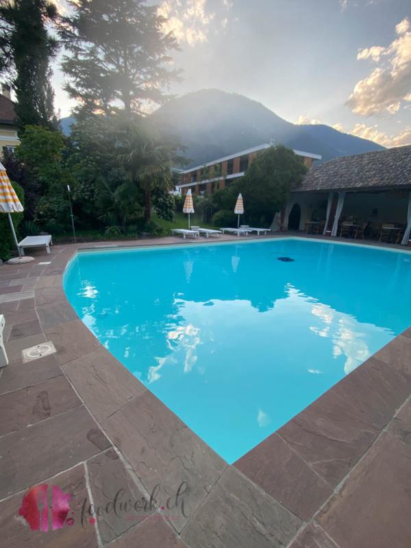 Pool in der Villa Arnica am Morgen