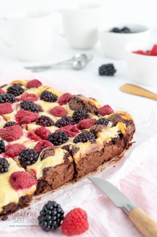 Cheesecake Brownies mit Beeren