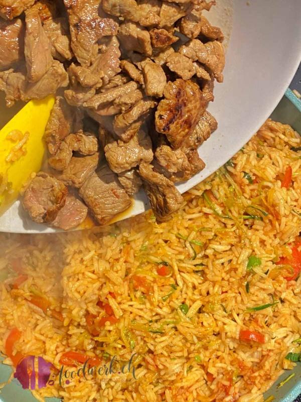 Rindfleisch für Chop Suey zu Reis und Gemüse geben
