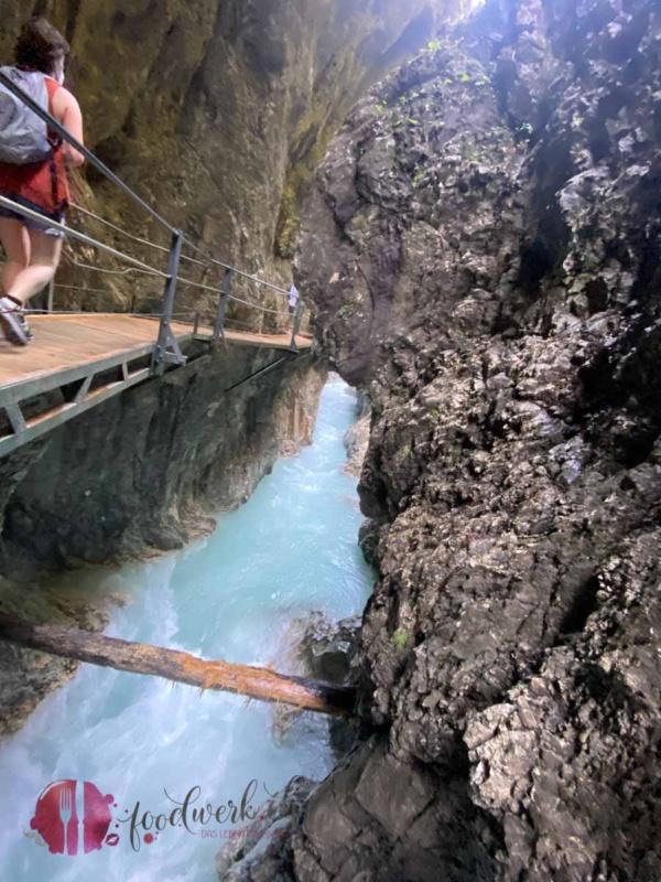 Der Weg zum Wasserfall in der Geisterklamm