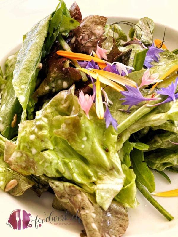 Salat mit vielen Wildbrlumen und Kräutern