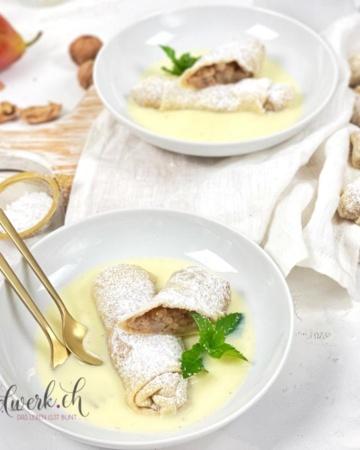 Birnenstrudel mit viel Vanillesauce