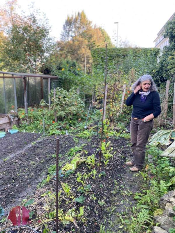 Rebecca in ihrem Garten/Bünte