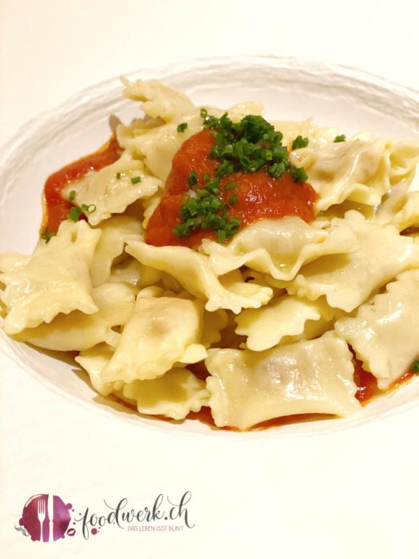 vegetarische plins mit tomatensauce