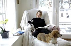 Kvinde i en hyggelig stund med sine to hunde