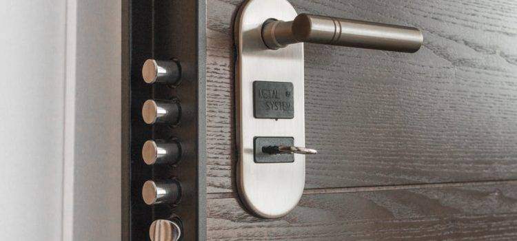 pexels photo 279810 750x350 - Difference Between Deadbolt Lock And Door Knob Lock Secure Lock