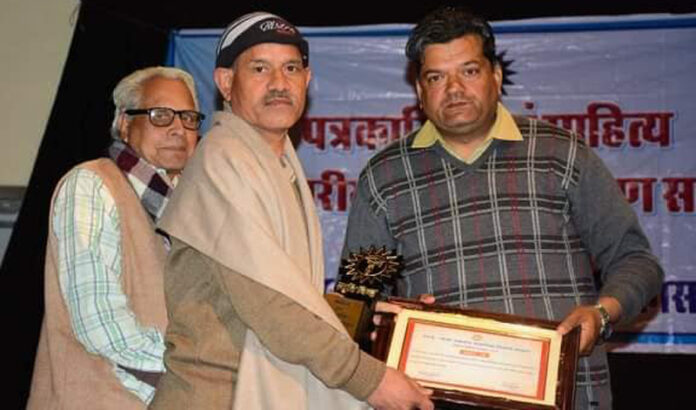 Two journalists and three writers. Shambhu-Shekhar honored with Sakasena Awar12