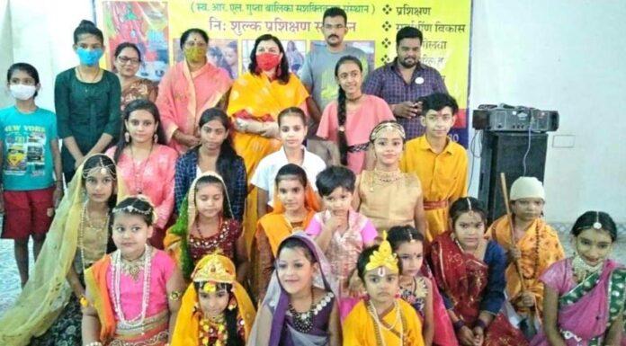 Little Radha Krishna children performed aarti in Sai temple