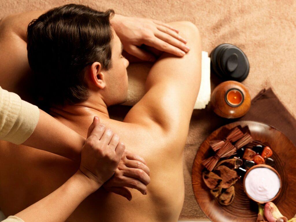chico recibiendo un masaje en el spa