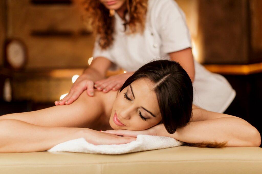 chica dándose un masaje