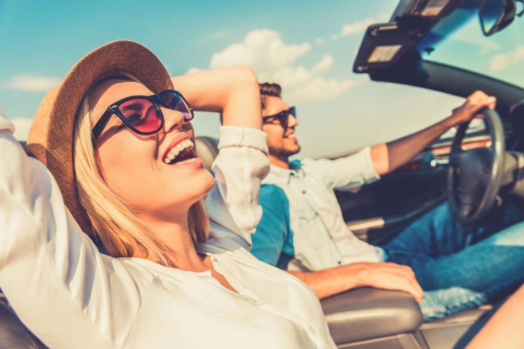 chicos de viaje en coche