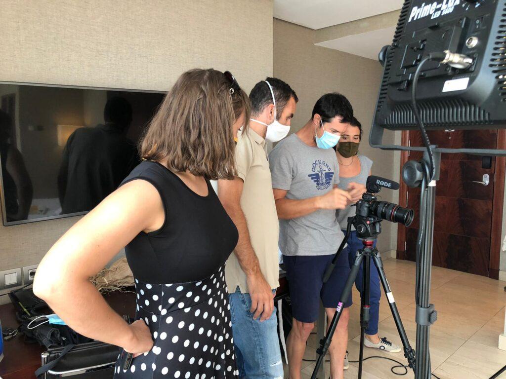 equipo de trabajo en el anuncio de television