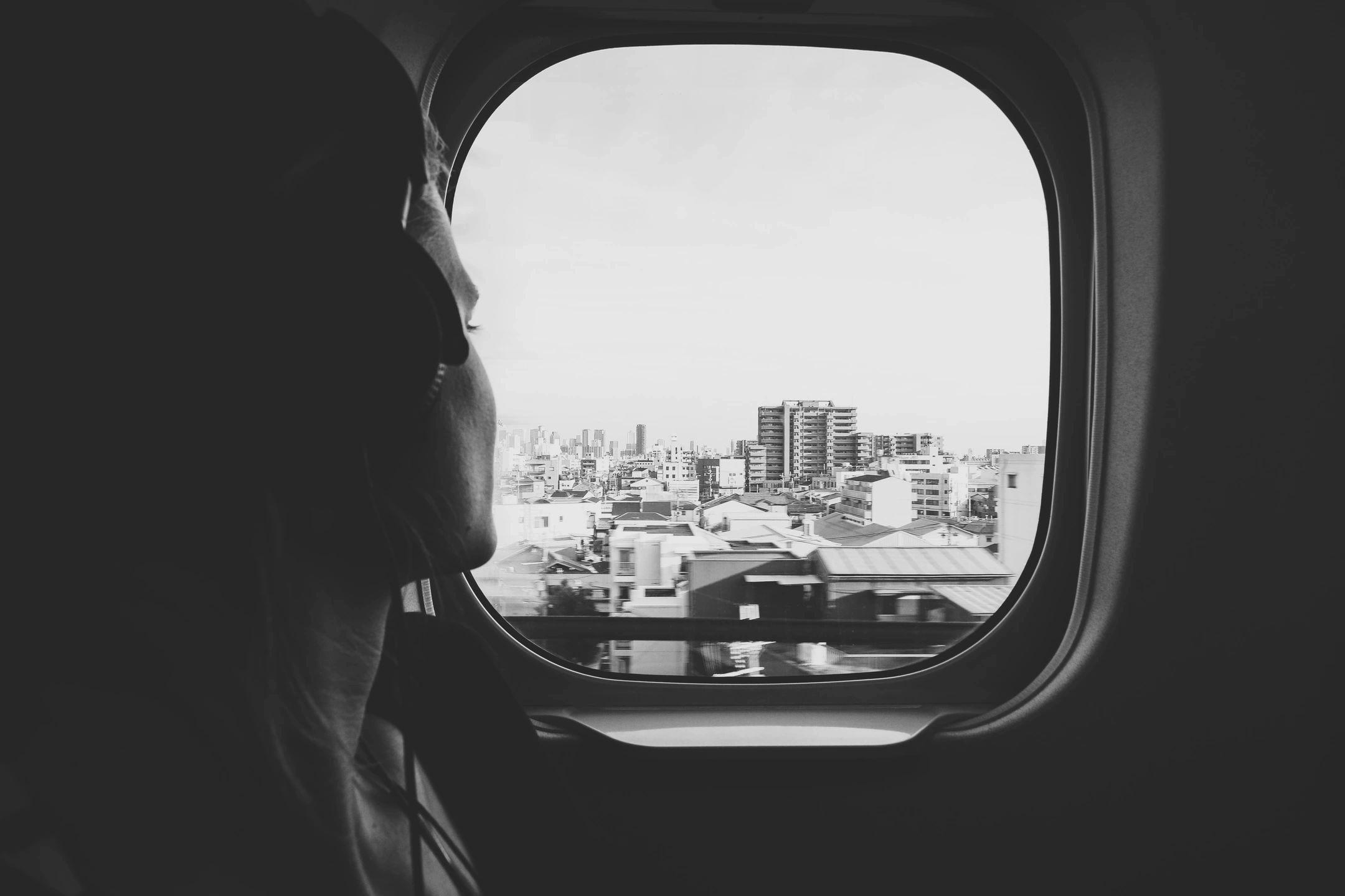 chico viajando en avión