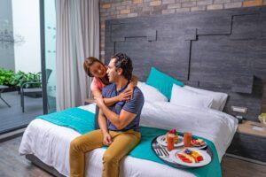pareja romantica habitación