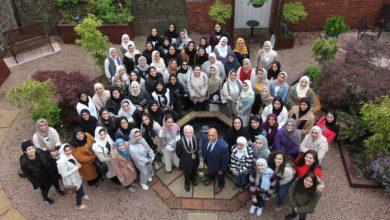 Photo of عمدة دندى يلتقى الطالبات المشاركات فى برنامج التعددية الثقافية بكلية آل مكتوم بأسكتلندا
