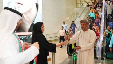 Photo of مطارات دبي تحتفل باليوم الوطني العماني  وتستقبل الزوار العمانيين بالورود والحلوى