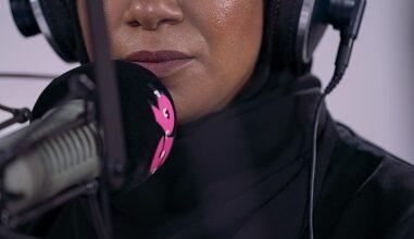 """Photo of """"نحتاج للمزيد من الإماراتيين العاملين في الإعلام باللغة الإنكليزية"""" عائشة المازمي من إذاعة بلس 95"""
