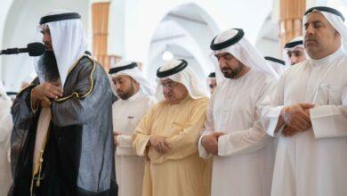 Photo of عبدالله بن سالم يؤدي صلاة الجنازة على جثمان الشيخ أحمد بن خالد القاسمي
