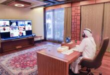 Photo of محمد بن راشد يعقد اجتماعاً عن بُعد مع وزير الخارجية ومجموعة من سفراء الإمارات