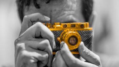 """Photo of زائر يوثق """"الشارقة الدولي للكتاب"""" بكاميرا يعود تاريخها إلى العام 1936"""