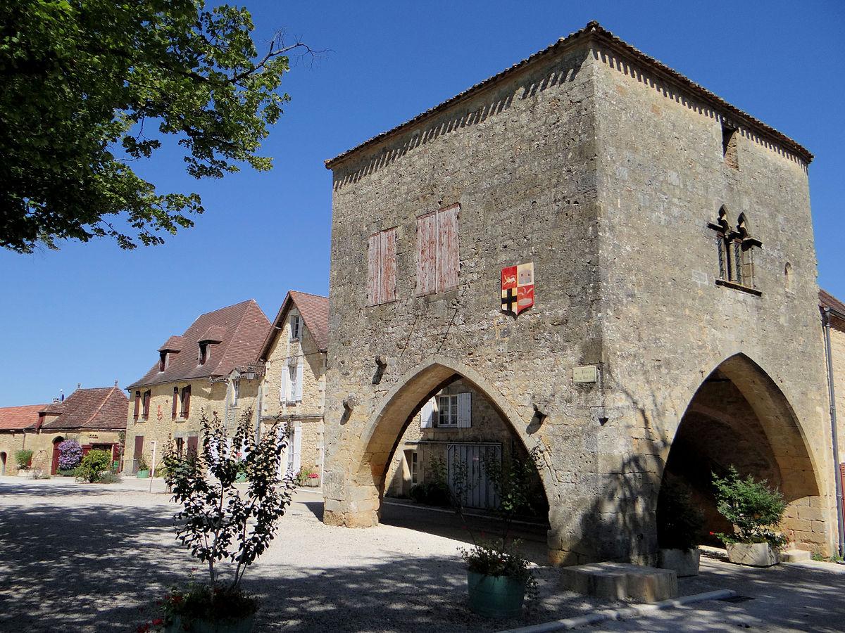 1200px-Molières_(Dordogne)_-_La_place_de_la_bastide_avec_la_maison_du_bayle