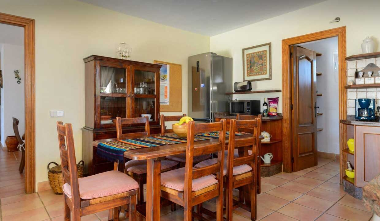 holiday home to rent. kitchen table