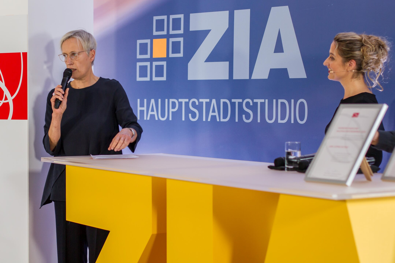 Baustaatssekretärin Anne Katrin Bohle und Moderatorin Marion Hoppen