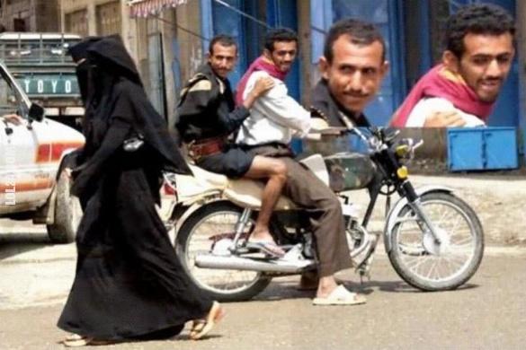 Прикол про хіджаб. Хлопці мають гарну уяву. Повз них пройшли жінки в хіджабі. Чоловіки хтиво дивляться на них