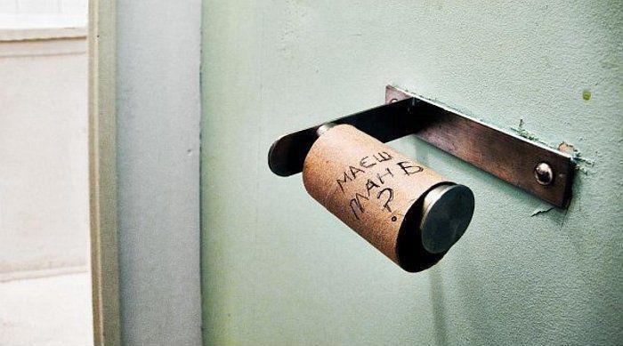 """В туалеті закінчився туалетний папір. Залишилась лише картонна трубочка, на якій написано """"Маєш план Б?"""""""