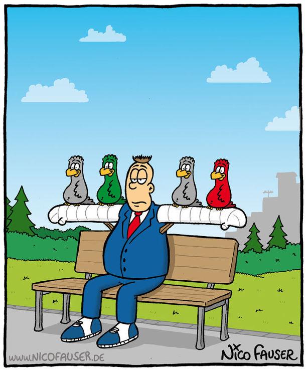 На лавочці сидить чоловік в якого загіпсовані обидві руки і на них повсідалися птахи
