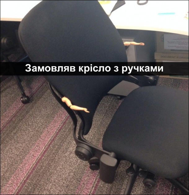 Замовляв крісло з ручками. Крісло з двома іграшковими ручками від ляльки