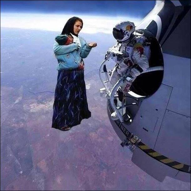 Тим часом на орбіті. В двері космічної станції постукали. Астронавт відкрив люк, а там стоїть з циганка з малям і просить гроші