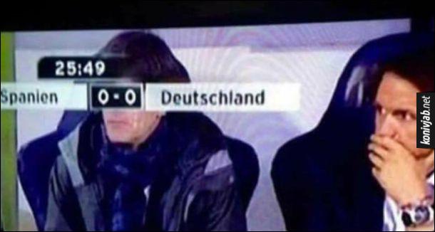 Прикол Футбольна трансляція. Трансляція футбольного матчу між Іспанією і Німеччиною. Рахунок 0 - 0. При трансляції плашка з рахунком 0 - 0 закрила очі тренера Йоахім Лева, неначе окуляри