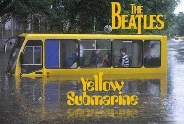 Прикол про повінь в Києві. Маршрутка по вікна у воді. The Beatles Yellow Submarine