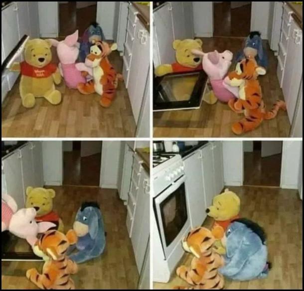 Прикол з іграшками. Іграшкові Вінні Пух, віслюк і Тигруля несуть П'ятачка, засовують до уховки і чекають, доки спечеться