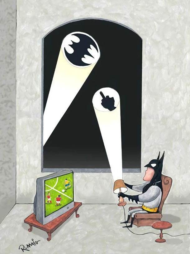 Бетмен дивиться футбол. З'явився промінь з кажаном. Він у відповідь направив промінь з факером, щоб не заважали дивитись футбол