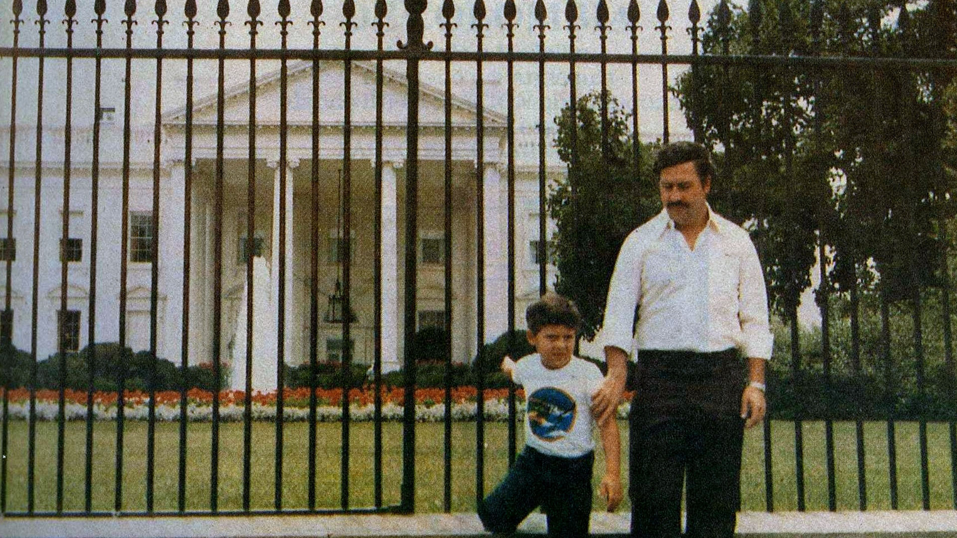 Foto di Pablo Escobar davanti alla Casa Bianca
